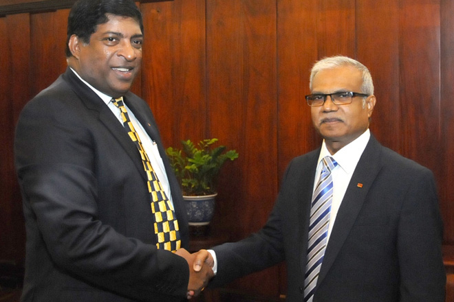 Maldives hands over financial assistance to Sri Lanka